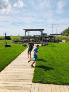 Och barnen invigde gräsmattan