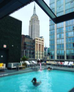 Poolen på hotellets tak