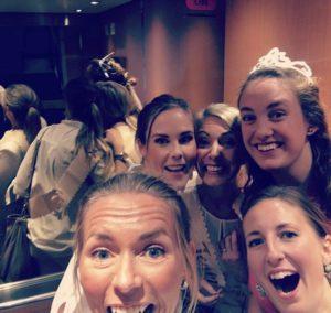 Glada tjejer i hissen